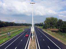 Glimmend nieuw asfalt ter hoogte van Zoersel